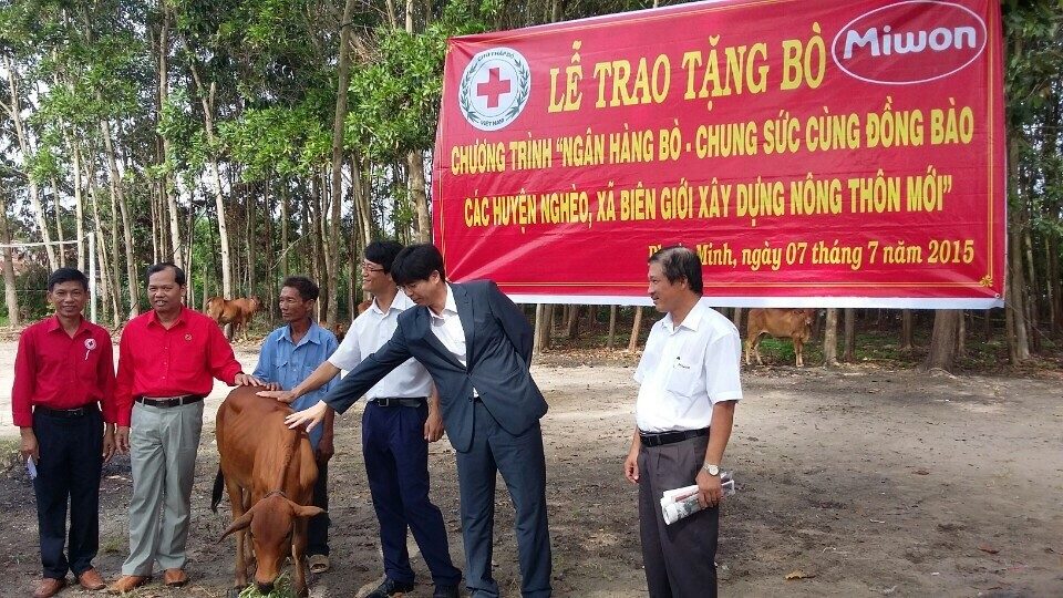 Công ty TNHH Miwon Việt Nam trao bò giống cho các hộ nghèo tại Tây Ninh