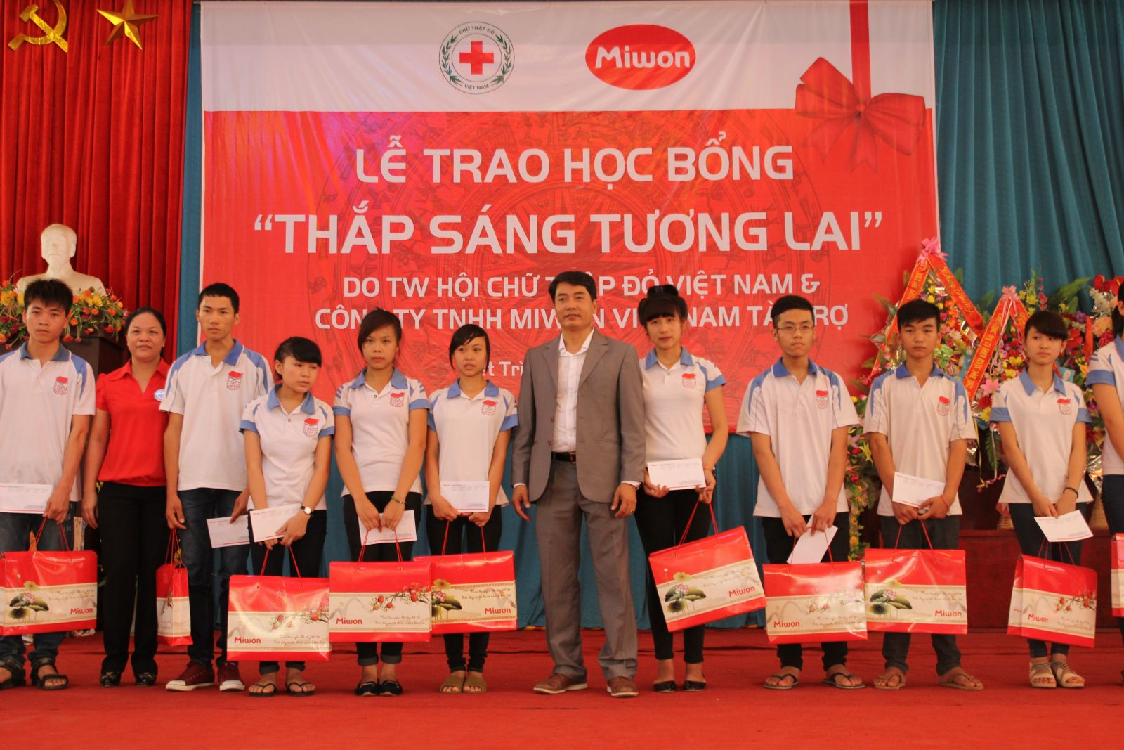 Scholarships granted to poor students with academic achievements in Phu Tho province